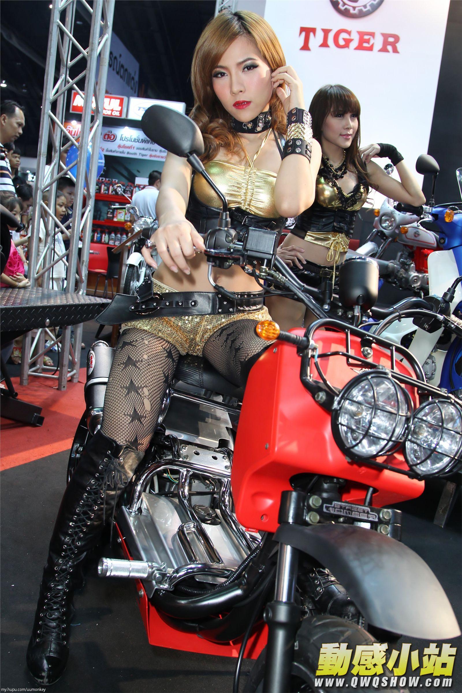 摩托车上的黑色高跟长靴美女